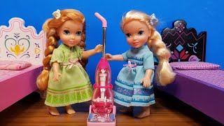Cleaning the Room ! Elsa & Anna toddlers - movie night